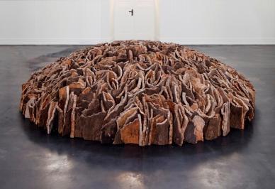 David Nash<br /> Weathered Cork Dome, 2015<br /> courtesy Galerie Scheffel, Bad Homburg & Künstler